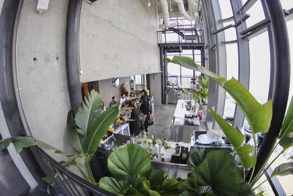 Quầy pha chế tại Blank lounge ở tầng 75 Landmark