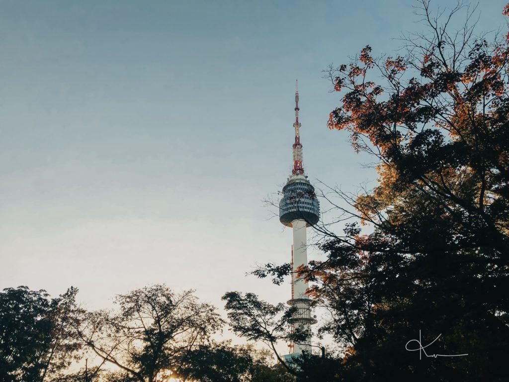 Tháp truyền hình Hàn Quốc trong buổi chiều hoàng hôn