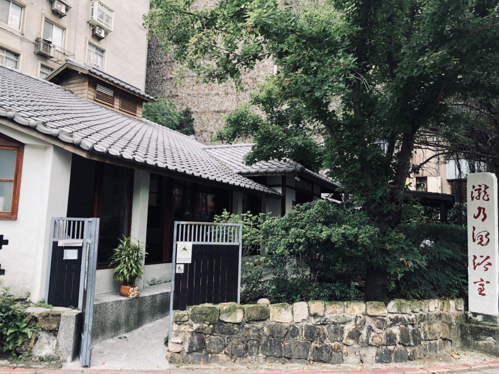 Phong cảnh nhà ở kiến trúc Nhật dọc hai lối đi lên khu vực suối nước nóng