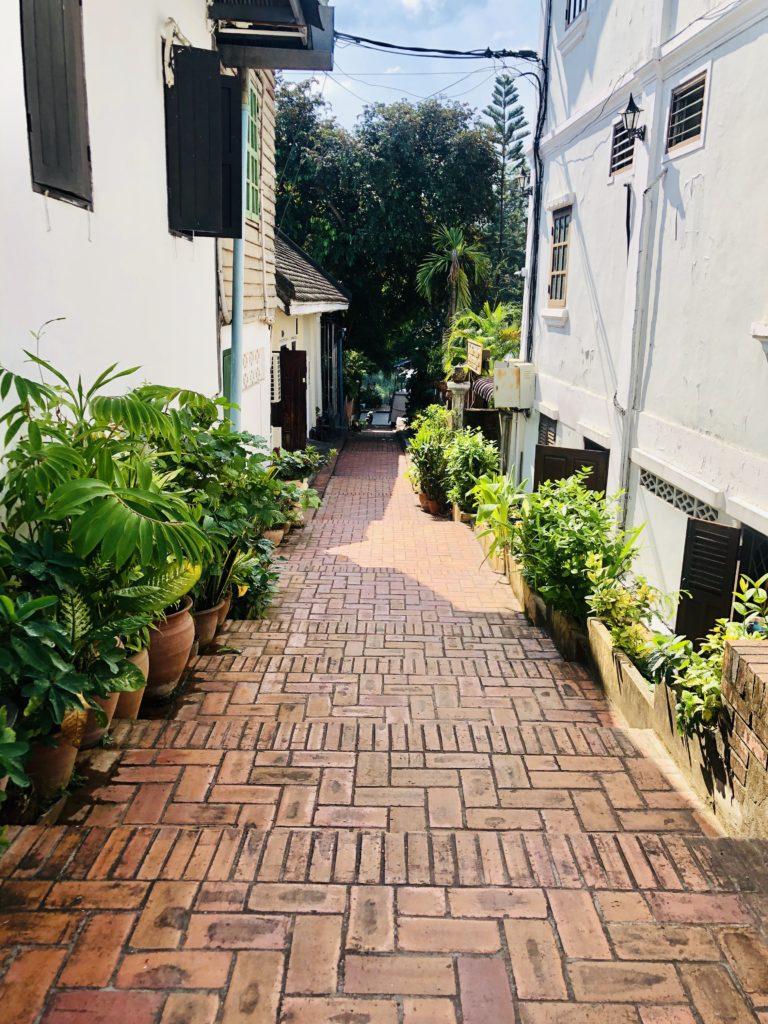 Những con phố nhỏ và lối đi bộ hai bên đường được lót gạch nung đỏ rất tỉ mỉ