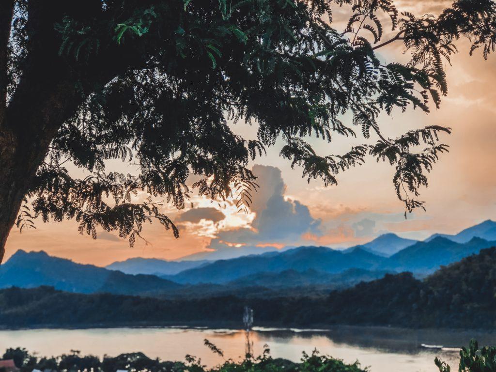 Ngắm hoàng hôn ở Luang Phrabang